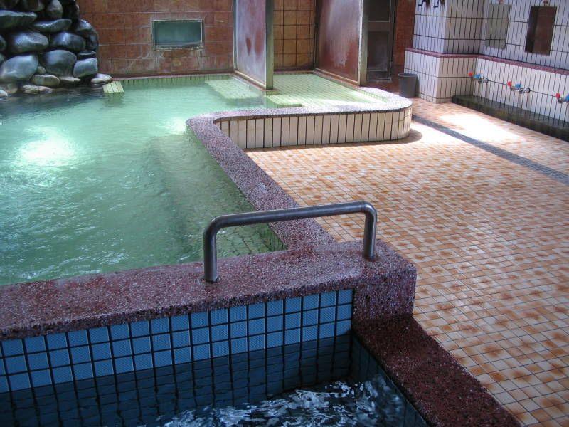 市街地を代表する塩三兄弟の湯「武岡温泉」