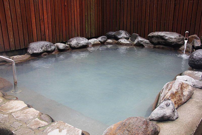 ほんのり硫黄の香る露天風呂でゆっくりとにごり湯を楽しむ