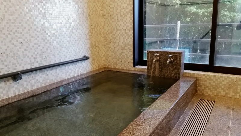 外観は昔の雰囲気そのままに、男女別浴場はおしゃれな雰囲気