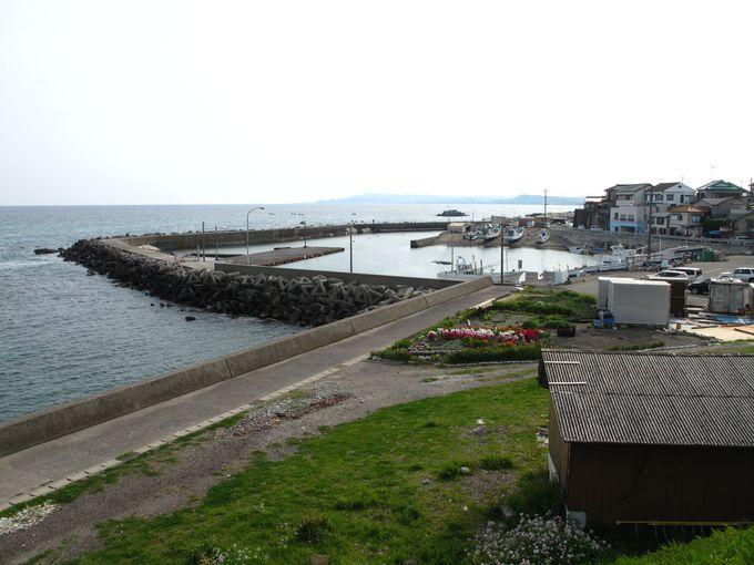 食後は海とクジラに思いを馳せて。旅情溢れる浜辺を散歩