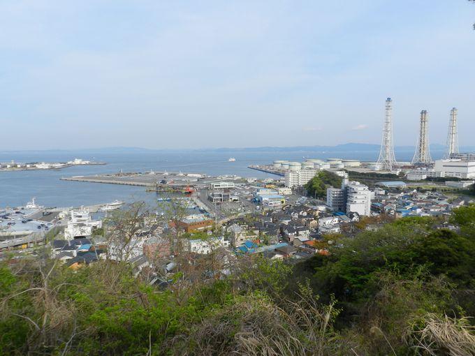 潮風薫る丘の公園。高台からは海の景色を楽しめます