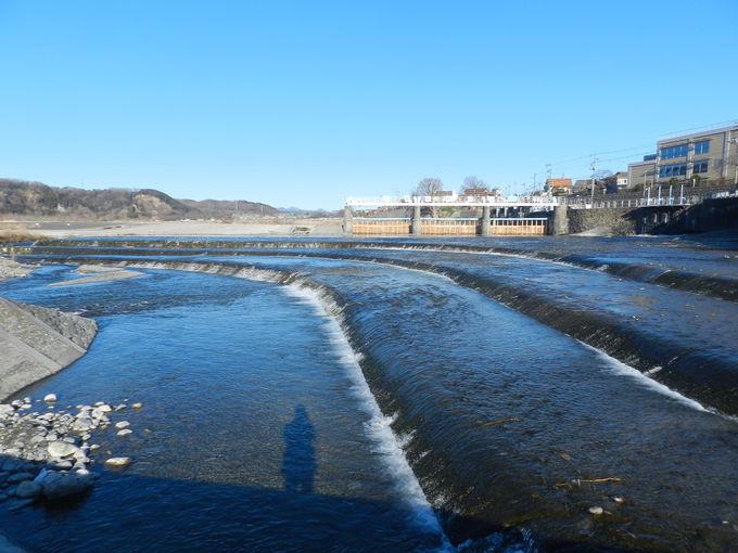 広い河川敷と清らかな流れが描く水景