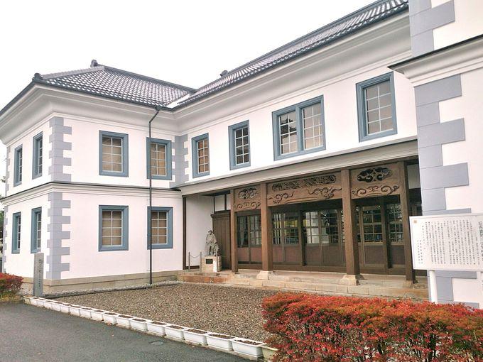 スタートは白壁が象徴的な「旧吾妻第三小学校」から。