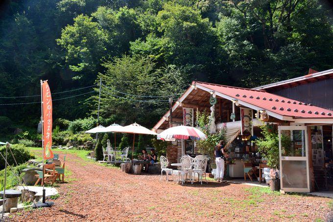 村の中心はカフェ&パン屋さん