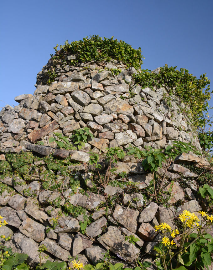 山頂には石積みの展望塔。ここをさらに螺旋状に上る!