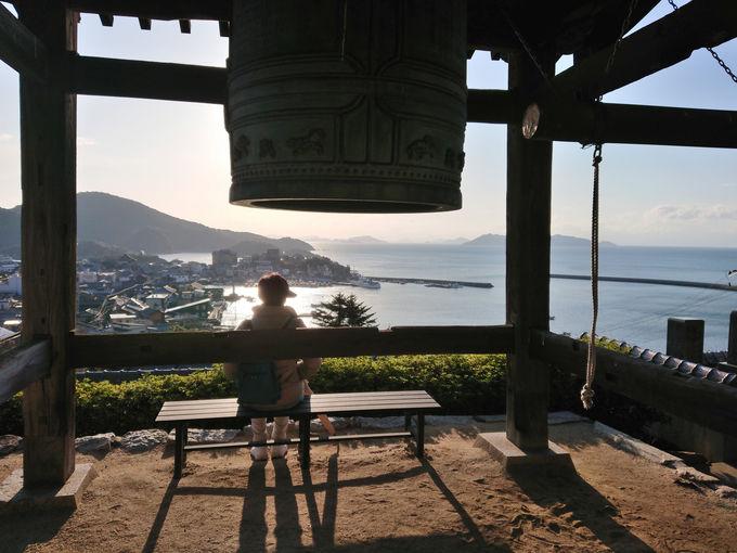 散策のスタートは医王寺へ。朝日に輝く海と町並みを一望!