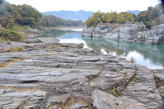 約8000万年前の地層が隆起した「長瀞の石畳」