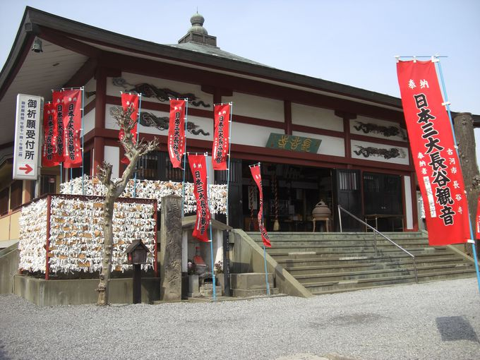 日本三大長谷観音の一つ「古河長谷観音」には真紅の旗がはためく