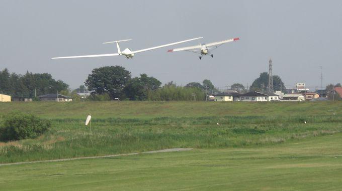 グライダー発着場で飛び立つグライダーを見る