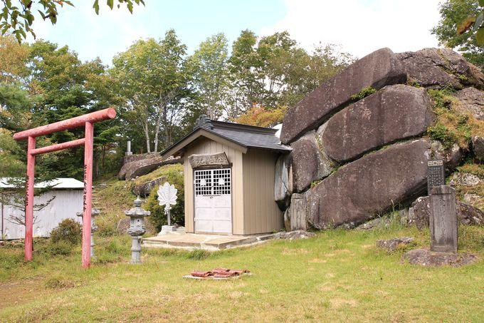 三昧石(三枚石)は金剛童子を祀る金剛山瑞峰寺の奥之院