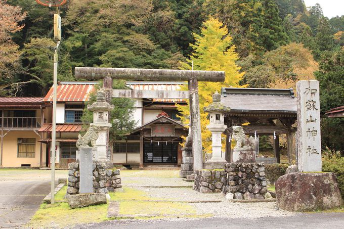 最初に迎えてくれるのは、加蘇山神社遥拝所と神楽殿