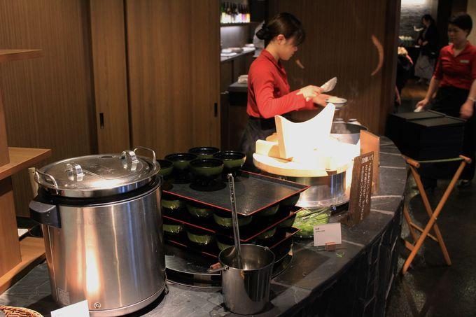伊東温泉湯の庭の朝食は和食ブッフェ!焼きたての干物や鯛と野菜の蒸し物が並ぶ!!
