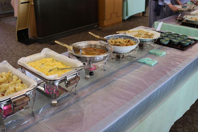 焼きたてのアジの干物と2人のおかあさんが迎えてくれる朝食!レストランもオーシャンビュー!!