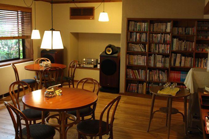 迎えてくれるのは、「お着き酒」と真空管が優しい音色のオーディオが奏でる「談話室」