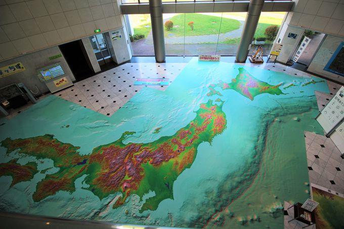 開放感あふれる吹き抜けのエントランスホール!縮尺10万分1の日本列島を空中散歩