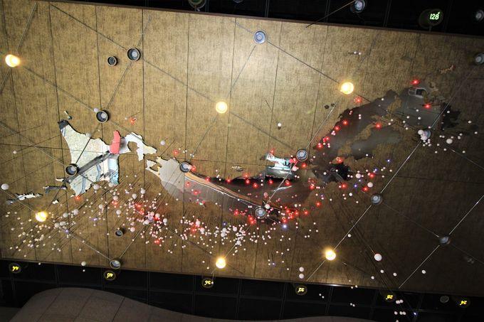 「日本列島地震分布」と地層が変形した「褶曲(しゅうきょく)」のエントランスホール!