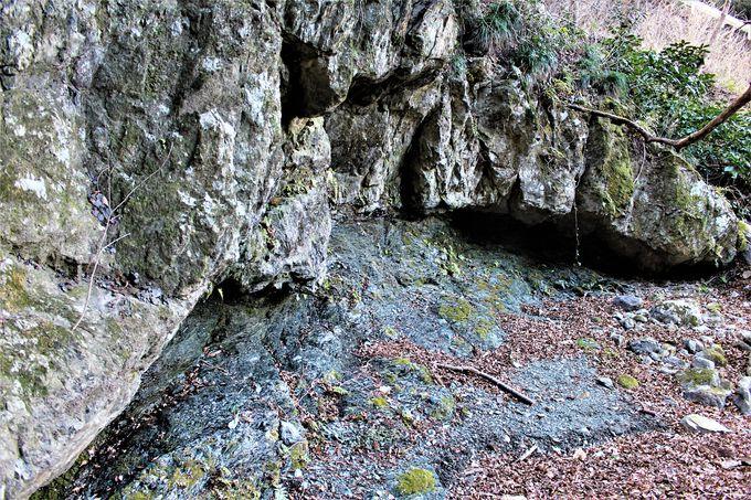 青倉川の浸食で断層が露出!下仁田町の地下が見える「跡倉フェンスター(地窓)」