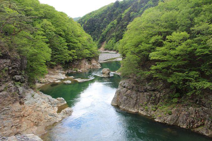 激しく暴れる上流と穏やかな下流!鬼怒川の2つの顔が見える「虹見の橋」