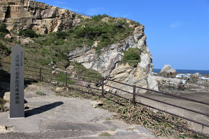 有形文化財の犬吠埼灯台と、天然記念物の灯台下の海岸