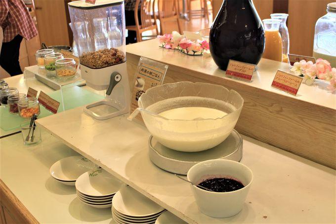 朝食は、ゆずやネギ味噌で頂くお茶漬け!地元産のヨーグルトもうまい