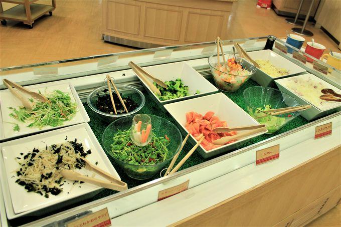 夕食は巻狩り鍋やモロ(サメ)の煮付などの郷土料理と那須野菜のサラダ