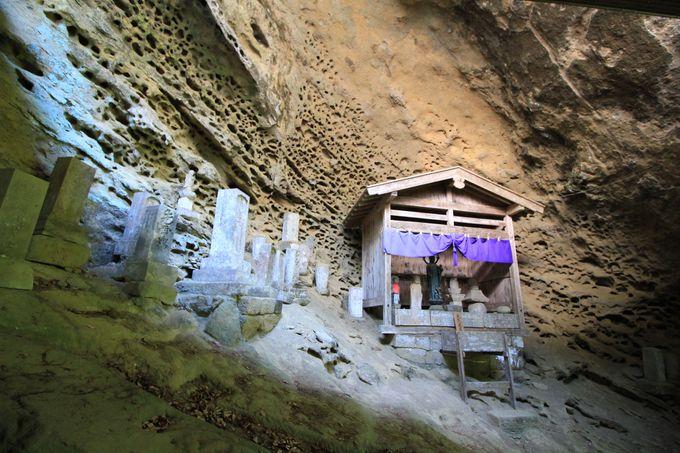 岩船山の岩肌に立つ回廊式の観音堂!裏の岩窟には子授け地蔵