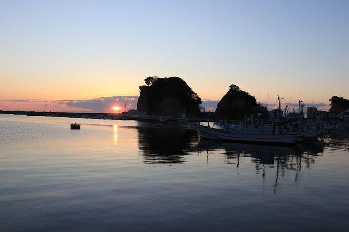 まるみつ旅館の朝は、港の日の出と朝風呂と豪快汁の朝食