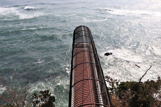 断崖に突き出た展望橋!海食崖を真下に見る潮見台