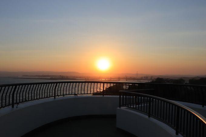 三崎公園の夜は西に沈む夕日とライトアップのマリンタワー