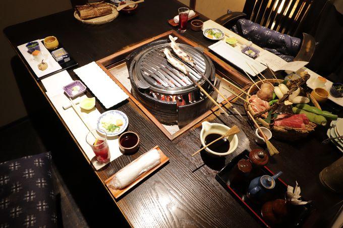 囲炉裏を囲んで頂く夕食!雪国郷土料理・いろり献残焼(けんさんやき)