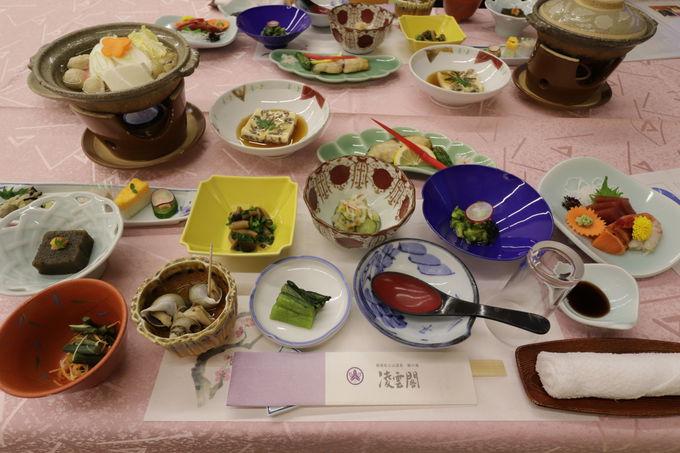 キノコ鍋に山菜料理!地元食材と彩り器の夕食