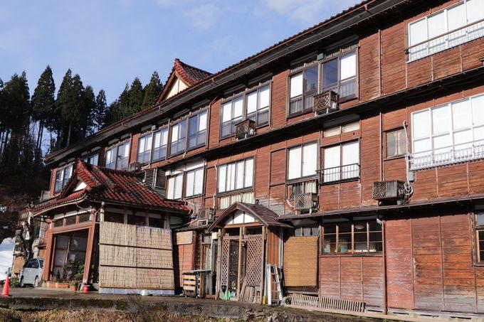 木造3階建ての本館は有形文化財!木のぬくもりの館内