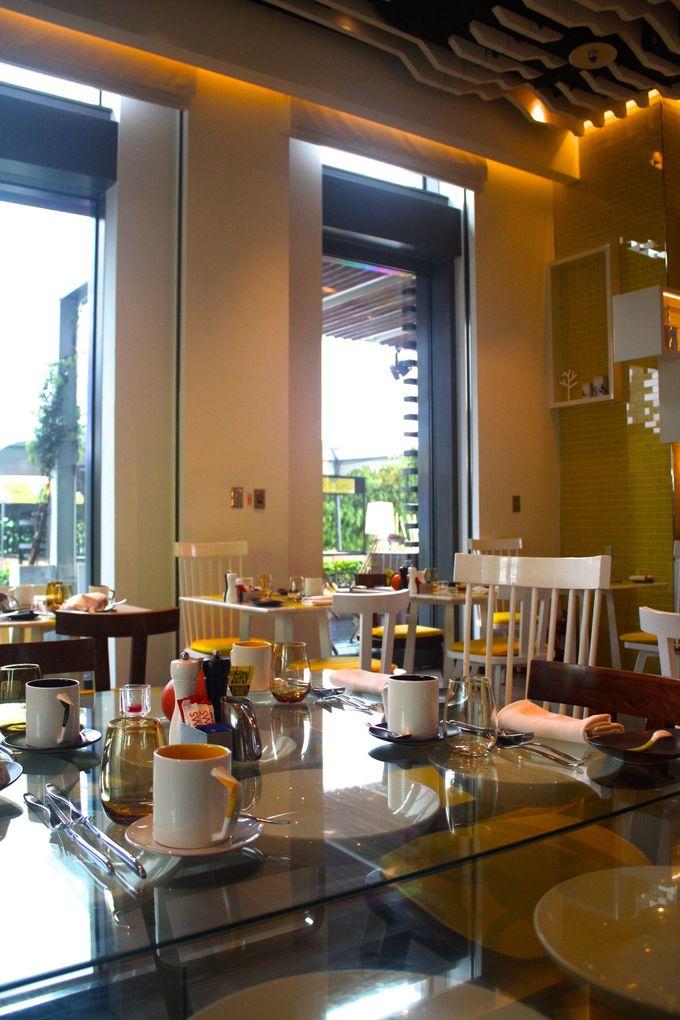 イエローとホワイトの明るいレストラン「キッチンテーブル」で楽しい朝食を!