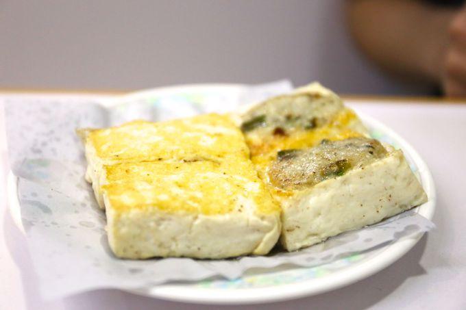 すり身を豆腐にくっつけて焼いた「魚肉煎醸豆腐」