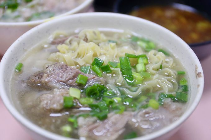たっぷりの牛バラ肉、飲み干せるスープ、そして選べる麺!
