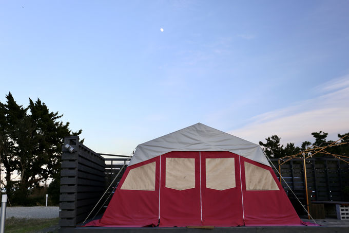 カラフルなテントで気軽にキャンプ体験も