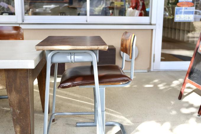 教室の机と椅子で食べると、さらに小学生気分
