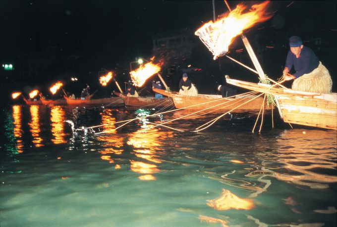打ち上げ花火で始まり、篝火が消され終わる