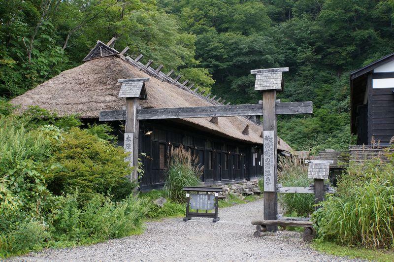 佐竹藩のお殿様も訪れた湯治宿「鶴の湯」は混浴露天風呂は勇気が必要・・・。