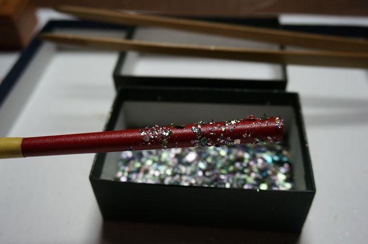 塗り箸に箔押し体験 カラフルな色箔で模様づくり
