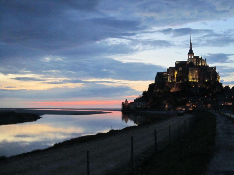 日帰りだけじゃ勿体ない!モンサンミッシェルが描く夕暮れと日の出の美