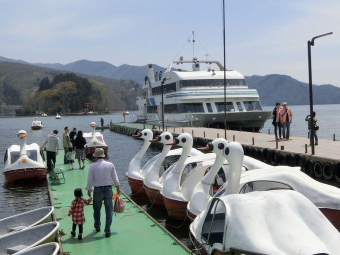 沖に琵琶島。湖周遊なら大型遊覧船。手漕ぎボートも