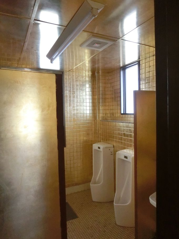 なんと金ピカのトイレ 仏壇金箔張りの伝統技術
