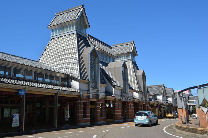 JR高田駅はお城の三重櫓をイメージ 雁木の町もかたどる