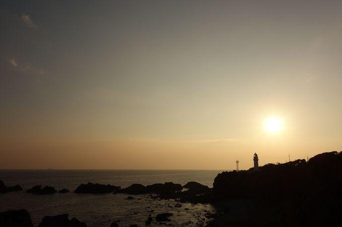 沈む太陽と潮岬灯台
