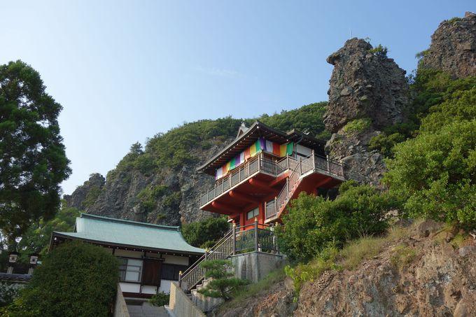 断崖に建つインパクト絶大な護摩堂