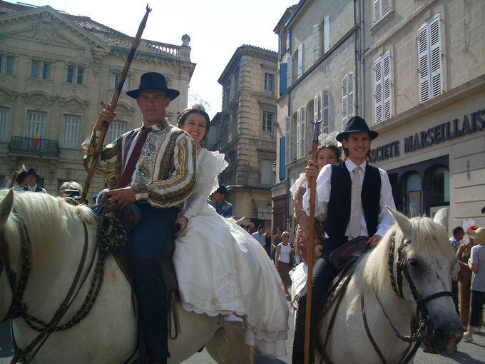 老いも若きも男も女も、馬もベビーカーも小物までもが凝っている!