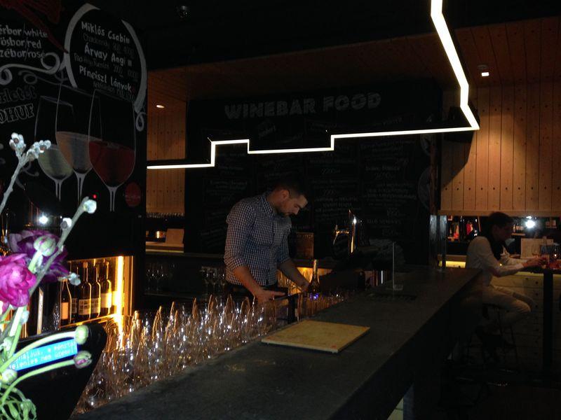 ブダペストでハンガリーワインがずらり並ぶ本格ワインバー「DiVino」