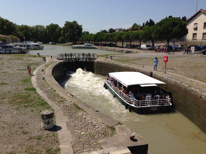 駅前を流れるミディ運河は世界遺産