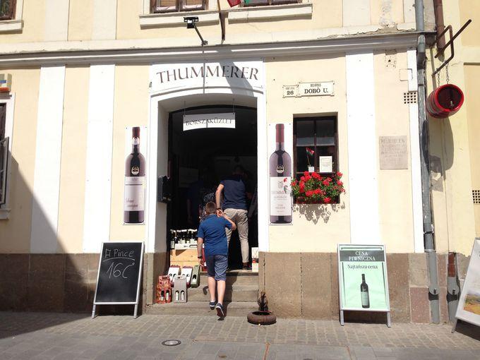 エゲル旧市街でワインを楽しむ